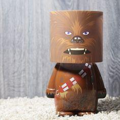 Lámpara Chewbacca. Uno de los personajes más carismáticos y queridos de la saga de Star Wars: Chewbacca. Este personaje ficticio puede acompañarte de una manera muy relajada cuando llegues a casa después de un largo día de trabajo con su luz ambiental, consiguiendo un ambiente confortable y sobretodo, muy friki.  La lámpara de Chewbacca no produce su sonido caacterístico pero guarda toda su esencia. Tiene Licencia Oficial y esto es garantía de una gran calidad.