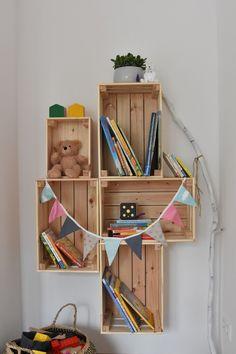 Prateleira de madeira DIY Ikea Hack com Knagligg - Diy Wooden Shelves, Wooden Diy, Baby Nursery Diy, Safari Nursery, Baby Room Furniture, Diy Furniture, Diy Kallax, Nursery Bookshelf, Decoration Ikea