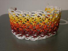 Pulseira feita em macramê, você pode escolher as suas cores favoritas e arrasar com esse modelo!...