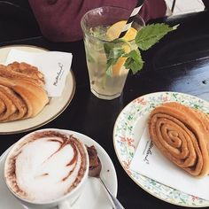 #KBsays In Hamburg fürs Wochenende? Dann schaut zum Frühstück doch mal bei Mutterland vorbei. Natürlich gibt's auch die traditionellen Franzbrötchen. Außerdem leckere Kuchen, Tartes und Omelettes #hamburg #breakfast #kiezcouture #visithamburg #wheninhamburg #frühstück #brunch #mitvergnügenhamburg #igershamburg #welovehh #igershh #hamburgmeineperle #heuteinhamburg #hamburgliebe #food #foodporn #hotchocolate #nomnom #franzbrötchen #foodiegram
