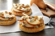 Gorgonzola and Pear Pizza-Made with English Muffins YUM! Pizza Recipes, Appetizer Recipes, Great Recipes, Cooking Recipes, Favorite Recipes, Appetizers, Snack Recipes, English Muffin Brands, English Muffin Recipes