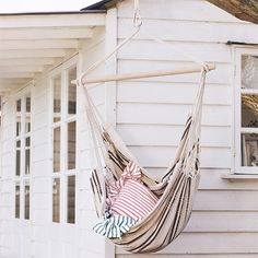 Backyard Hammock Ideas -Stocking a hammock is among the most peaceful things on the planet. Take a look at lazy-day backyard hammock ideas! Diy Hammock, Backyard Hammock, Hammock Swing, Hammock Chair, Swinging Chair, Swing Beds, Hammock Ideas, Homemade Hammock, Beach Swing