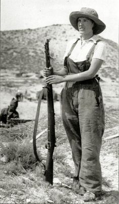 Milicianas: 30 Amazing Photos of Female Combatants in the Spanish Civil War vintage everyday Mother Courage, Spanish War, Military Coup, Archaeological Discoveries, Retro Mode, Female Soldier, Historical Quotes, Women In History, People Around The World