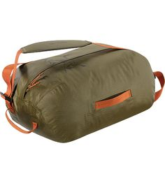 Arc'teryx | Carrier Duffle 35 Lightweight, highly water resistant, mid-size 36 litre duffle bag with removable, adjustable webbing shoulder straps.