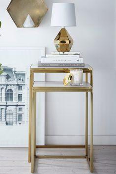 Indskudsborde i to dele, et større og et mindre. Metalstel, bordplade af marmor.  Håndlavet. Lille bord: 36x36 cm, højde 51 cm. Stort bord: 41x41 cm, højde 61 cm. <br><br>Da marmor er et naturmateriale er det normalt at små afvigelser i farve og struktur kan forekomme.<br><br><br>Vedligeholdelse af marmor:<br>For at give bordpladen grundbeskyttelse anbefales marmorpolish som du finder i velassorterede farvehandler. Smør et tyndt lag på. Lad polishen tørre nogle minutter. Poler med en tør…