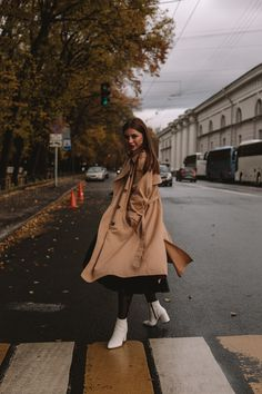 Discover recipes, home ideas, style inspiration and other ideas to try. Fashion Photography Poses, Autumn Photography, Creative Photography, Portrait Photography, Photographie Portrait Inspiration, Mode Ootd, Street Portrait, How To Pose, Mode Vintage