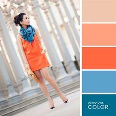 Chica usando un vestido de color naranja con una bufanda de color azul marino y cartera naranja