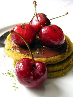 Blinis au thé vert Matcha, cerises poêlées et coulis chocolat (Green Tea Blinis with Fried Cherries and Chocolate Sauce) || Dans la Cuisine de Sophie