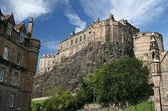 Il castello di Edimburgo, visto da Grassmarket, si staglia nel panorama della città