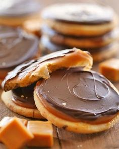 Twix Cookies from chef-in-training. If you love Twix, then you will LOVE these cookies! Shortbread cookie, caramel filling and chocolate topping- they are INCREDIBLE! Twix Cookies, Cookies Et Biscuits, Yummy Cookies, Yummy Treats, Sweet Treats, Twix Cake, Caramel Cookies, Sweet Cookies, Twix Brownies
