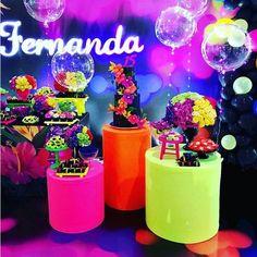 10 ideas Black and White Party Neon Birthday, Girl Birthday Themes, 18th Birthday Party, Glow Stick Party, Glow Sticks, Neon Sweet 16, Sweet 15, Neon Party Decorations, Neon Glow