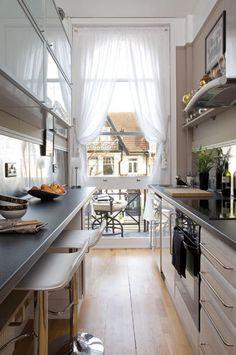 comment aménager une cuisine en longueur avec bar petit déjeuner et fenêtre donnant sur le balcon