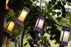 Lichterkette an Bäumen aufgehängt
