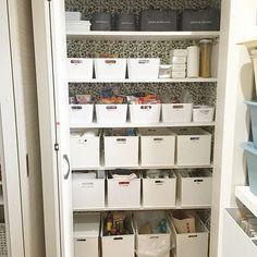 「パントリー」という名称も最近ではメジャーになってきましたね。「パントリー」とはキッチン内や隣接する場所にある収納スペースのことです。キッチン用品や食材のストックなどを収納するのが一般的ですが、今回はユーザーのみなさんのパントリー収納のアイデアを拝見させていただきます。