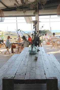 Nach einem tollen Strandtag an der Playa des Covetes warenwir in der Bar Esperanza. Hier stimmt einfach alles, eine coole Location, ungezwungene Ambiente, Meerblick, leckeres Essen, hervorragende Weine, Cocktails, selbstgemachte Eis-Tees, chillige Musik und der Service durch ein absolut sympathisches Team. Ein schönerOrt um die romantische Abendstimmung zu genießen. Die Bar Esperanza ist eine Chiringuito, Chillout Bar, Weinbar, Restaurant, Café alles in einem und spiegelt die…