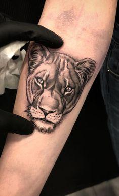 awesome black & gray lioness tattoo © tattoo artist Dario Castillo ❤🌺❤🌺❤🌺❤🌺❤ Lion And Lioness Tattoo, Lion Back Tattoo, Lioness Tattoo Design, Female Lion Tattoo, Back Tattoo Women, Sleeve Tattoos For Women, Tattoo Sleeve Designs, Forarm Tattoos, Leo Tattoos