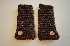 New Free Pattern! Quick and Easy Crochet Wristers with super bulky yarn Crochet Mitts, Crochet Wrist Warmers, Crochet Cozy, Crochet Headband Pattern, Crochet Scarves, Crochet Crafts, Crochet Yarn, Crochet Clothes, Easy Crochet