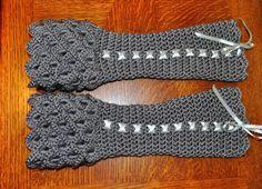 Crocheting: Crocodile Stitch Wristwarmers PlusYou have to see Crocodile Stitch Wristwarmers on Craftsy! Crochet Crocodile Stitch, Stitch Crochet, Thread Crochet, Crochet Crafts, Crochet Yarn, Crochet Stitches, Crochet Patterns, Fingerless Gloves Crochet Pattern, Crochet Boot Cuffs