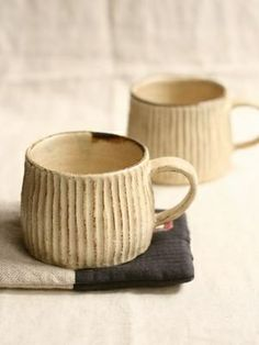 Usually I dislike when a pot 'bags pig's but on this mug with the cut lines it has a sort of full cosy look to it