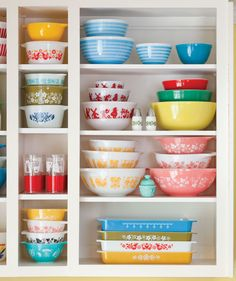 Dishing up 5 Bowlfuls You Didn't Know About Pyrex - Cottage Journal Thanksgiving's right around the corner! It's time to start getting your kitchen ready. We've dished up some fun facts about the classic Pyrex dish ware that you'll pull out next week. Vintage Pyrex Dishes, Vintage Kitchenware, Vintage Glassware, Vintage Bowls, Shabby Chic Interiors, Shabby Chic Living Room, Shabby Chic Kitchen, Pyrex Display, Shopping