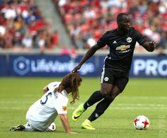 Romelu Lukaku don score hin first Manchester United goal Manchester United Goal, Lucozade, Real Salt Lake, Man United, Football Soccer, My Children, The Unit, Goals, Running
