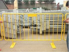 yellow Pvc Coated Crowd Control Barriers.  www.wiremeshfence.cc  Email:chaoxin@wiremesh-chaoxin.com