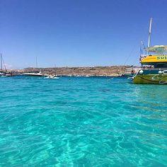 Je sais pas chez vous mais vu le temps pourri chez moi, je me réconforte comme je peux  en m'imaginant en train de me baigner à Malte comme cet été ... Je vous partage la photo ça vous rechauffera un peu aussi ;) Vous faites ça aussi ?  #malte #comino #su Destinations, Photos Voyages, Malta, Train, Waves, Europe, Boat, In This Moment, Salads