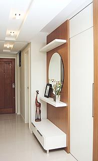 Casa Amada: Hall de Entrada Painel de Isopor depois cobre com papel contact madeira , retira a tampa do painel de eletricidade cobre com o espelho e coloca as prateleiras.