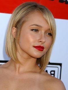 gerade Haarschnitt blond Seitenscheitel rundes Gesicht