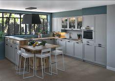 """O BUCĂTĂRIE FUNCȚIONALĂ CU AER """"COTTAGE""""Finisajele mate, formele rafinate și finețea liniilor dau acestei bucătării un autentic aer """"cottage"""". Placajul supraînălțat separă vizual spațiul bucătăriei de cel al living-ului, iar locul de luat masa tip snack-bar este plasat în prelungirea blatului pentru a putea oricând lua masa în bucătărie! Kitchen Design, Design Inspiration, Bar, Cottage, Table, Furniture, Home Decor, Articles, France"""