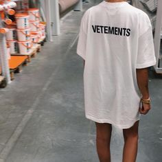 Été... robe t-shirt, message satirique