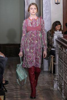 Guarda la sfilata di moda Valentino a Parigi e scopri la collezione di abiti e accessori per la stagione Alta Moda Primavera Estate 2013.