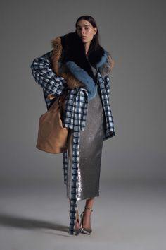 Diane von Furstenberg Spring/Summer 2017 at New York Fashion Week New York Fashion, Fashion Week, Fashion 2017, Paris Fashion, Runway Fashion, High Fashion, Fashion Show, Fashion Looks, Fashion Design