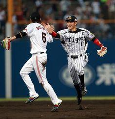 Hayato Sakamoto (Yomiuri Giants) and Takashi Toritani (Hanshin Tigers)