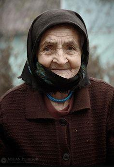 Se você é capaz de ser feliz quando você está sozinho, você aprendeu o segredo de ser feliz. / If you are able to be happy when you're alone, you learned the secret of being happy. Beautiful Old Woman, Beautiful Children, Beautiful People, Romania People, Romanian Women, Old Folks, Female Reference, Photographs Of People, Portraits