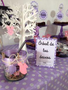 Baby shower, decoración mesa de dulces con un hermoso árbol de los deseos para la bebé que viene en camino, ideal súper cute