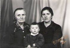 I am 1 year. In the photo I'm with my mother and grandmother.