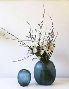 Fleuristes parisiens : nos adresses coups de coeur - Elle Décoration Cafe Plants, Image Deco, Coups, Rose Buds, Decoration, Lanterns, Glass Vase, Sweet Home, Color