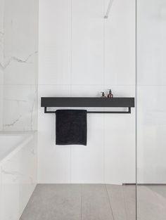 Zwarte badkamer plank VASCA   Etsy Metal Bathroom Shelf, Towel Hangers For Bathroom, Shower Shelves, Industrial Bathroom, Minimalist Bathroom Design, Bathroom Interior Design, Minimalist Small Bathrooms, Minimal Bathroom, Black Shelves