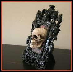 Love this DIY skull frame. Almost time for Halloween decorations! - life - Love this DIY skull frame. Almost time for Halloween decorations! Love this DIY skull frame. Almost time for Halloween decorations! Halloween Prop, Casa Halloween, Halloween Mantel, Dollar Store Halloween, Halloween Scene, Halloween Goodies, Outdoor Halloween, Halloween Skull, Diy Halloween Decorations