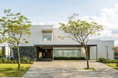 """Dos casas con jardines imperdibles  """"Planteamos una arquitectura actual pero ablandada por la naturaleza, que se incorpora como un material más en el trazado de los espacios"""". Arq. Manuel Gálvez"""