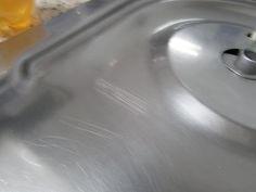 Como Remover Arranhões de Inox  1 pedaço de lixa d'água bem fina (pode ser a de nº 400) Vinagre de maçã e óleo de bebê Pasta Mousse de Bicarbonato 2 panos macios.