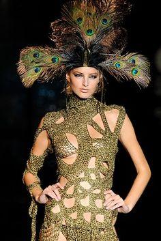 vestido calado en dorado con tocado de plumas de pavo real la vie en rouge
