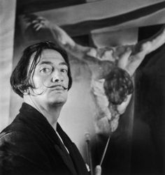 Dalí es conocido por sus impactantes y oníricas imágenes surrealistas. Sus habilidades pictóricas se suelen atribuir a la influencia y admiración por el arte renacentista. También fue un experto dibujante. Los recursos plásticos dalinianos también abordaron el cine, la escultura y la fotografía, lo cual le condujo a numerosas colaboraciones con otros artistas audiovisuales.