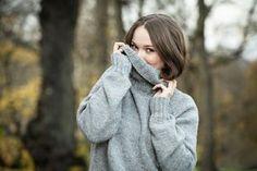 Iltalehden villapaita on helppo ja nopea neule Knitting Patterns, Turtle Neck, Sweaters, Cardigans, Crochet, Malli, Vests, Jackets, Fashion