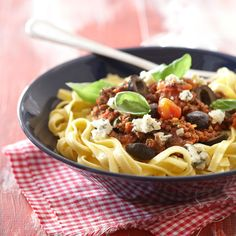 Olivian pastakastike on maukas  jauhelihakastike, johon on lisätty oliiveja ja sinihomejuustoa.