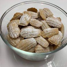 Toto cukroví připravujeme na poslední chvíli, aby nám neztvrdlo. Nejlepší jsou hodinu po upečení, ale pár dní vydrží.  Připravíme si formičky na madl... Cereal, Almond, Breakfast, Food, Detail, Almonds, Hoods, Meals, Corn Flakes