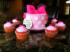 Minnie Mouse smash cake with cupcakes