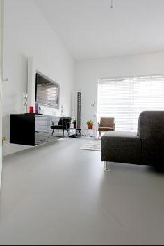Woonkamer gietvloer - naadloos. Motion gietvloer in woonkamer Amsterdam IJburg. Grijsbruin voor warm neutrale gietvloer.