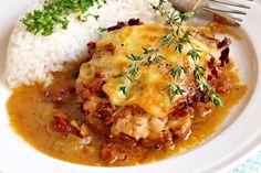 Na pánvi zprudka opečené plátky vepřové kotlety bez kosti (karé), dopečené v troubě spolu s rajčaty, slaninou, česnekem, pórkem a mozzarelou, nejprve podlité červeným vínem, pak vývarem. Mashed Potatoes, Curry, Food And Drink, Cooking Recipes, Beef, Chicken, Ethnic Recipes, Koken, Smash Potatoes